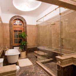 Ванная комната из мрамора (проект дома в Геленджике)