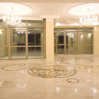 Холл из натурального камня в ЖК Александрийский маяк (Сочи)