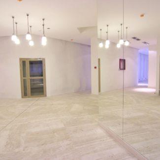 Холл из природного мрамора в ЖК Александрийский маяк (Сочи)