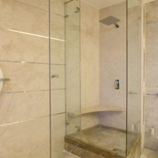 Ванные комнаты из природного камня в ЖК Александрийский маяк (Сочи)